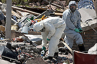 """BAS11 - BUENOS AIRES (ARGENTINA) 26/09/11 .- La Policía científica de Argentina mide los niveles de radioactividad entre los escombros que dejó una explosión en la madrugada de hoy, lunes 26 de septiembre de 2011, en la localidad de Monte Grande, en las afueras de Buenos Aires. Una mujer peruana murió y otras ocho personas resultaron heridas hoy debido a una misteriosa explosión causada, según el relato de los vecinos, por """"una bola de fuego que cayó del cielo"""". EFE/Leo La Valle.."""