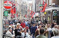 Nederland Amsterdam  2017.   Hartjesdag op de Zeedijk in Amsterdam. Mannen zijn verkleed als vrouwen en omgekeerd. Publiek wacht op de deelnemers.    Foto Berlinda van Dam / Hollandse Hoogte