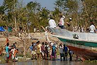 BANGLADESH, cyclone Sidr and high tide destroy villages in Southkhali in District Bagerhat , victims waiting for relief goods / BANGLADESCH, der Wirbelsturm Zyklon Sidr und eine Sturmflut zerstoeren Doerfer im Kuestengebiet von Southkhali