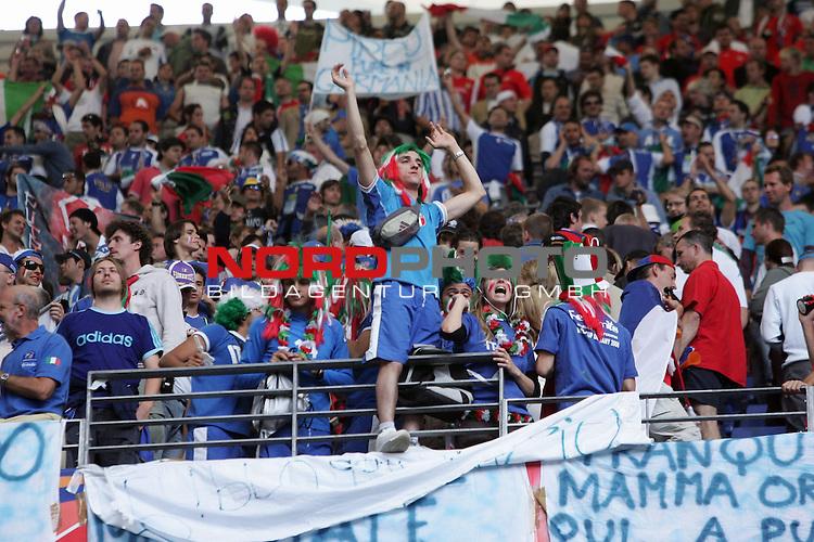 FIFA WM 2006 -  Gruppe E Vorrunde ( Group E )<br /> Play   #41 (22-Jun) - Tschechien - Italien 0:2<br /> <br /> Die intalienishcen Anhaenger feiern den Sieg und den Einzug in die naechste Runde<br /> <br /> Foto &copy; nordphoto