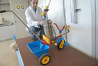 - Italian Institute for Toy Safety; certification of toys and products intended for children: stability test for a tricycle....- Istituto Italiano Sicurezza dei Giocattoli; certificazione dei giocattoli e dei prodotti destinati all'infanzia: test di stabilità per un triciclo