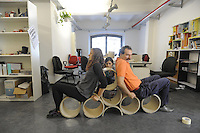 - Milano, wokshop  per l'autocostruzione di arredi con tubi di cartone provenienti da scarti industriali organizzato presso lo spazio di coworking Yatta dallo studio Arc&ograve;,  Architettura &amp; cooperazione<br />