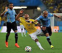 RIO DE JANEIRO - BRASIL -28-06-2014. Camilo Zuñiga (#18) jugador de Colombia (COL) disputa un balón con Egidio Arevalo (#17) jugador de Uruguay (URU) durante partido de los octavos de final por la Copa Mundial de la FIFA Brasil 2014 jugado en el estadio Maracaná de Río de Janeiro./ Camilo Zuñiga (#18) player of Colombia (COL) fights the ball with Egidio Arevalo (#17) player of Uruguay (URU) during the match of the Round of 16 for the 2014 FIFA World Cup Brazil played at Maracana stadium in Rio do Janeiro. Photo: VizzorImage / Alfredo Gutiérrez / Contribuidor