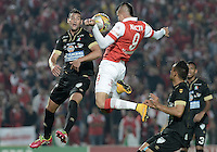 BOGOTÁ -COLOMBIA, 06-12-2014. Michael Rangel (Der) jugador de Independiente Santa Fe salta por el balon con Fernando Bonjour (Izq) jugador de Once Caldas durante partido por la fecha 5 de los cuadrangulares semifinales de la Liga Postobón II 2014 jugado en el estadio Nemesio Camacho el Campín de la ciudad de Bogotá./ Michael Rangel (R) player of Independiente Santa Fe jumps for the ball with Fernando Bonjour (L) player of Once Caldas during the match for the 5th date of the semifinal quadrangular of the Postobon League I 2014 played at Nemesio Camacho El Campin stadium in Bogotá city. Photo: VizzorImage/ Gabriel Aponte / Staff