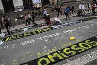 RIO DE JANEIRO; RJ; 31.10.2013 - Dezenas de pessoas se concentram e pintam cartazes na Cinelândia, centro da cidade, antes da manifestação convocada para pedir a liberdade de manifestantes que continuam presos. FOTO: NÉSTOR J. BEREMBLUM - BRAZIL PHOTO PRESS