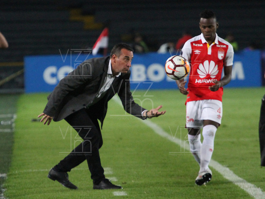BOGOTÁ -COLOMBIA, 08-11-2018:Guillermo Sanguinetti director  técnico del  Independiente Santa Fe  de Colombia durante el encuentro contra  el Atlético Junior  partido por la semifinal   de La Copa Conmebol Sudamericana 2018,jugado en el estadio Nemesio Camacho El Campín de la ciudad de Bogotá./ Guillermo Sanguinetti of Independiente Santa Fe of Colombia during match agaisnt of Atletico Junior of Colombia  first match for the semifinal of Conmebol Sudamericana Cup 2018, played at the Nemesio Camacho stadium in Bogotá city.Photo: VizzorImage/ Felipe Caicedo / Staff