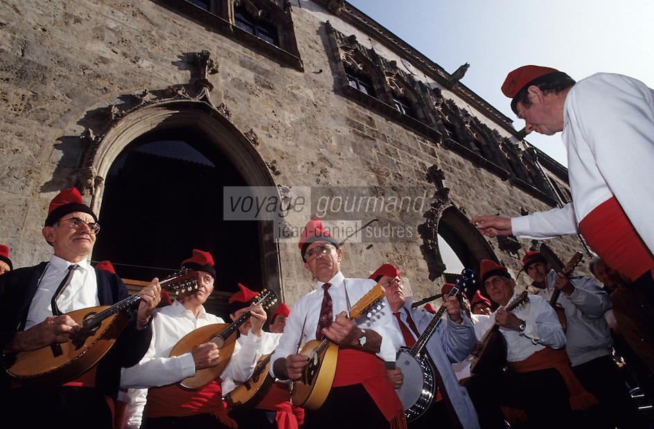Europe/France/Languedoc-Roussillon/66/Pyrénées-Orientales/Perpignan: Musiciens catalans devant la loge de la mer le jour de la Saint-Sanch