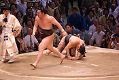 Yokuzuna ranked Mongolian Hakuho (Mönkhbatyn Davaajargal; left) wins a bout against Ozeki ranked fellow-Mongolian Harumafuji (Davaanyamyn Byambadorj, right) in the controversial Nagoya summer Grand Sumo Tournament held on the 14th and second final day.