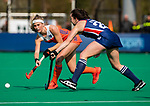 ROTTERDAM - Yibbi Jansen (Ned) met Ali Froede (USA)  tijdens de Pro League hockeywedstrijd dames, Netherlands v USA (7-1)  ..COPYRIGHT  KOEN SUYK