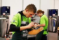 Skills Masters beurs in Rotterdam Ahoy. Banenbeurs/ Beroepskeuze beurs voor VMBO , MBO en lagere school  leerlingen. Leerlingen kunnen kennismaken met diverse beroepen. Schoenmaker aan het werk