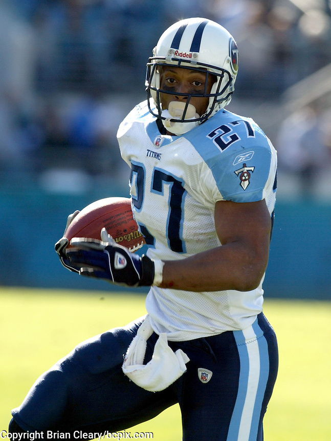 Tennessee Titans running back Eddie George carries the ball during a game against the Jacksonville Jaguars in Jacksonville, FL on Sunday, December 22, 2002.  Tennessee won the game 28 to 10. (Photo by Brian Cleary/www.bcpix.com)