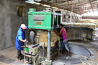 TANZANIA Tanga, Usambara Mountains, Sisal farming and industry, D.D. Ruhinda & Company Ltd., Mkumbara Sisal estate, further processing of sisal fibres, bale press / TANSANIA Tanga, Sisal Industrie, D.D. Ruhinda & Company Ltd., Mkumbara Sisal estate, Weiterverabeitung der getrockneten Sisalfaser, Ballenpresse