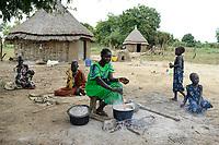 ETHIOPIA, Gambela, region Itang, Nuer village Pilual, Nuer family / AETHIOPIEN, Gambela, Region Itang, Dorf Pilual der Ethnie NUER, Hof von Herr Mun Kunen und Frau Neelam , sie sind vor dem Buergerkrieg aus dem Suedudan gefluechtet, Mutter kocht