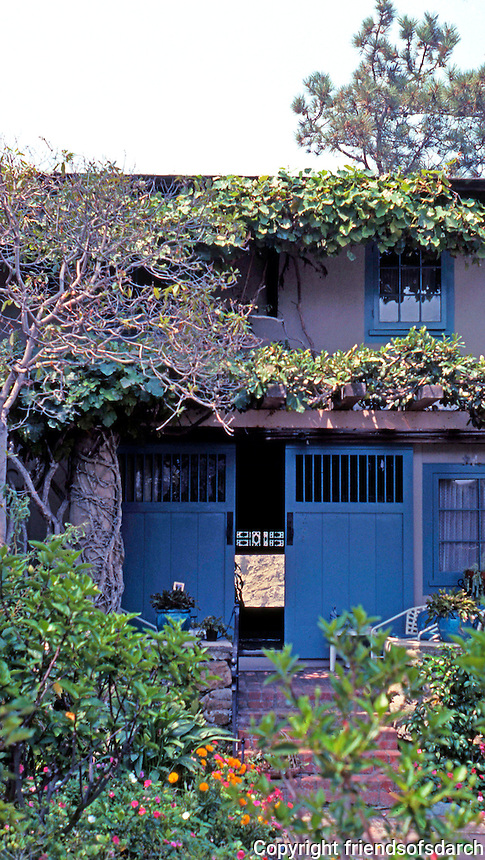 Irving Gill: Wheeler J. Bailey House. Through the front door, the cliffs are visible. (Photo 2000)