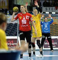 Handball Frauen / Damen  / women 1. Bundesliga - DHB - HC Leipzig : Frankfurter HC - im Bild: in Linie - Sara Eriksson und Torfrau Julia Plöger (r.) . Foto: Norman Rembarz .