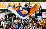 BLOEMENDAAL - Supporters met Mus vlag , 2e play out wedstrijd tussen Bloemendaal-HGC dames (2-0). COPYRIGHT KOEN SUYK
