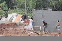 SAO PAULO, SP,27 de junho 2013-.Moradores se prepara com barricadas contra uma reintegracao de posse que esta pra acontecer em Sao Mateus no  Parque Sao Rafael no local vive mais de 500 familias -  ADRIANO LIMA / BRAZIL PHOTO PRESS).