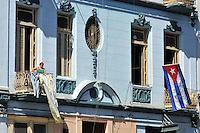 HAB02. LA HABANA (CUBA), 20/04/2011.- Una mujer se asoma al balcón de su casa en La Habana (Cuba) hoy, miércoles 20 de abril de 2011, un día después de la clausura del VI Congreso del Parido Comunista de Cuba (PCC). EFE/Alejandro Ernesto.