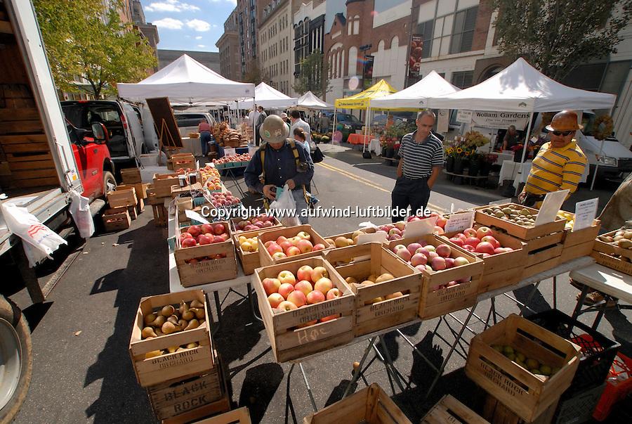 4415 / Oekomarkt : AMERIKA, VEREINIGTE STAATEN VON AMERIKA, WASHINGTON DC, (AMERICA, UNITED STATES OF AMERICA), 21.09.2006: Oekomarkt in Washington DC, ein seltesnes Bild in den USA ein Oekomarkt aber bei den Gesundheits- und Sportversaessenen Hauptstadtbewohneren ein Platz zum Einkauf von besonderen Lebensmitteln.