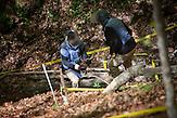 Ein Entminer von NPA mit menschlichen Überresten / A deminer from NPA holding human remains.