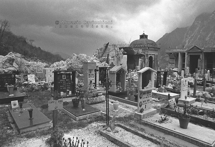 Artegna, Cimitero distrutto dopo il terremoto del Friuli del Maggio 1976.<br /> Artegna, Cemetery destroyed after the Friuli earthquake in May 1976 in the Friuli.