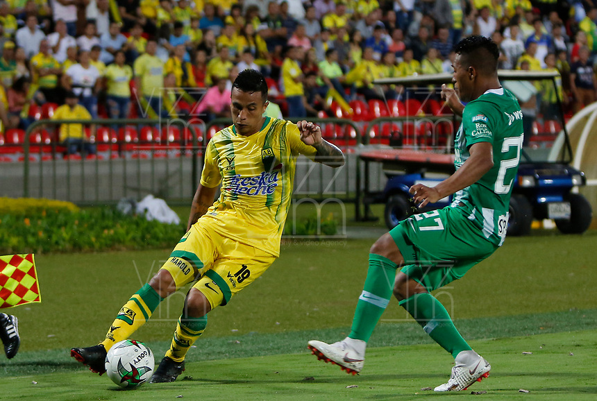 BUCARAMANGA - COLOMBIA, 30-01-2019: Harold Gomez del Bucaramanga disputa el balón con Sebastian Gomez de Nacional durante partido por la fecha 2 Final entre Atlético Bucaramanga y Atlético Nacional como parte de la Liga Águila I 2019 jugado en el estadio Alfonso Lopez de la ciudad de Bucaramanga. / Harold Gomez of Bucaramanga vies for the ball with Sebastian Gomez of Nacional during atch for the date 2 between Atletico Bucaramanga and Atletico Nacional as a part Aguila League I 2019 played at Alfonso Lopez stadium in Bucaramanga city. Photo: VizzorImage / Oscar Martinez / Cont