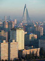 Ryugyong-Hotel mit Skyline von Pyongyang, Nordkorea, Asien<br /> Ryugyong-Hotel and skyline of Pyongyang, North Korea, Asia
