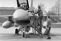 "- Operazione NATO ""Deny Flight"" in ex Jugoslavia per interdizione dei voli militari sulla Bosnia e neutralizzazione delle forze di terra Serbo-Bosniache. Aerei F 16 Olandesi rischierati sull'aeroporto di Verona Villafranca, Aprile 1993<br />