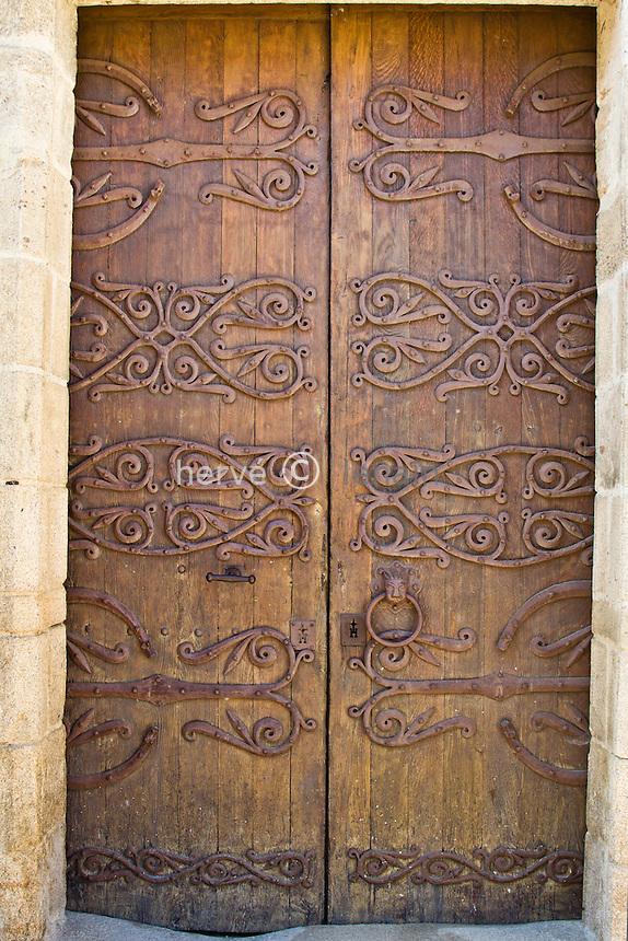 France, Indre (36), le Berry, Neuvy-Saint-Sépulchre, étape sur le chemin de Saint-Jacques-de-Compostelle sur la voie de Vézelay, la basilique Saint-Étienne fondée dans les années 1040 et conçue comme une copie de l'église du Saint-Sépulcre de Jérusalem, classée Patrimoine mondial de l'UNESCO  au titre des chemins de Saint-Jacques-de-Compostelle, ferronneries de la porte d'entrée // France, Indre, Berry region, Neuvy Saint Sepulchre, a stop on el Camino de Santiago on the way to Vezelay, the basilica Saint Etienne established in the 1040s and conceived as a copy of the church of the Holy Sepulchre of Jerusalem, listed as World Heritage by UNESCO under the road to St Jacques de Compostela, ironworks of the front door