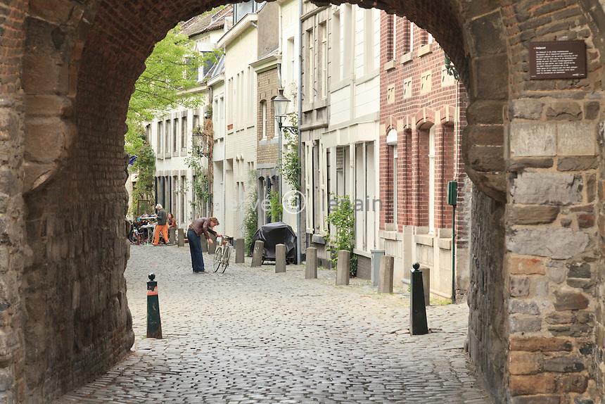 Hollande, Maastricht, la Porte de l'Enfer ou Helpoort faisant partie des restes des fortifications // Holland, Maastricht, the Gates of Hell or Helpoort part of the remains of fortifications