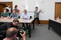 Auf der Senatspressekonferenz am Dienstag den 18. Juni 2019 stellte die Senatorin fuer Stadtentwicklung und Wohnen, Katrin Lompscher (rechts im Bild) den ab Januar 2020 geplanten Mietendeckel vor. Fuer die Mieterinnen sollen die Mieten durch die Deckelung der Miete fuer fuenf Jahre nicht mehr steigen.<br /> 18.6.2019, Berlin<br /> Copyright: Christian-Ditsch.de<br /> [Inhaltsveraendernde Manipulation des Fotos nur nach ausdruecklicher Genehmigung des Fotografen. Vereinbarungen ueber Abtretung von Persoenlichkeitsrechten/Model Release der abgebildeten Person/Personen liegen nicht vor. NO MODEL RELEASE! Nur fuer Redaktionelle Zwecke. Don't publish without copyright Christian-Ditsch.de, Veroeffentlichung nur mit Fotografennennung, sowie gegen Honorar, MwSt. und Beleg. Konto: I N G - D i B a, IBAN DE58500105175400192269, BIC INGDDEFFXXX, Kontakt: post@christian-ditsch.de<br /> Bei der Bearbeitung der Dateiinformationen darf die Urheberkennzeichnung in den EXIF- und  IPTC-Daten nicht entfernt werden, diese sind in digitalen Medien nach §95c UrhG rechtlich geschuetzt. Der Urhebervermerk wird gemaess §13 UrhG verlangt.]