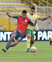 BOGOTÁ -COLOMBIA, 14-01-2015. Johan Mendoza (Izq) jugador del Deportes Quindio disputa el balón con Daniel Cataño (Der) jugador de Atlético Bucaramanga durante partido por la fecha 1 de los cuadrangulares de ascenso Liga Águila 2015 jugado en el estadio Metropolitano de Techo de la ciudad de Bogotá./ Johan Mendoza (L) player of Deportes Quindio vies for the ball with Daniel Cataño (R) player of Atletico Bucaramanga during the match for the first date of the promotion quadrangular of the Aguila League 2015 played  at Metropolitanos de Techo stadium in Bogota city. Photo: VizzorImage/ Gabriel Aponte / Staff