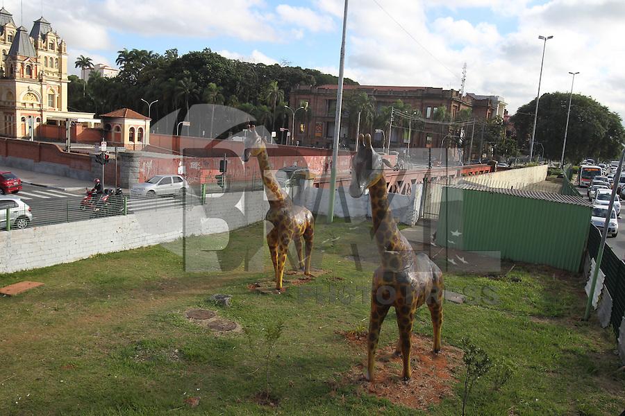 SAO PAULO, SP, 28-04-2014, GIRAFAS. Duas replicas de girafas estão expostas no canteiro proximo a Estação da Luz no bairro da Luz em São Paulo, na manhã dessa segunda-feira(28)        Luiz Guarnieri/ Brazil Photo Press.