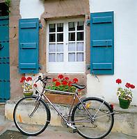 France, Aquitaine (Pays Basque): Typical house-front & bicycle | Frankreich, Aquitanien (Baskenland): landestypische Hausfront mit Blumen und Fahrrad
