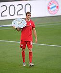 27.06.2020, Fussball: nph00001 1. Bundesliga 2019/2020, 34. Spieltag, VfL Wolfsburg - FC Bayern Muenchen, in der Volkswagen-Arena Wolfsburg. Siegerehrung nach dem Spiel: Der FC Bayern MŸnchen feiert den Gewinn der 30. Deutschen Meisterschaft. Leon Goretzka (li., Bayern MŸnchen) mit der Schale<br /><br />Foto: Bernd Feil/M.i.S./ /Pool/nordphoto<br /><br />Nur fŸr journalistische Zwecke! Only for editorial use! <br /><br />GemŠ§ den Vorgaben der DFL Deutsche Fussball: nph00001 Liga ist es untersagt, in dem Stadion und/oder vom Spiel angefertigte Fotoaufnahmen in Form von Sequenzbildern und/oder videoŠhnlichen Fotostrecken zu verwerten bzw. verwerten zu lassen. DFL regulations prohibit any use of photographs as image sequences and/or quasi-video.    <br /><br />National and international NewsAgencies OUT.