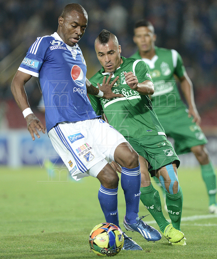 BOGOTÁ -COLOMBIA, 20-11-2013. Wason Renteria (Izq.) jugador de Millonarios disputa el balón con Vladimir Marin (Der.) jugador de Deportivo Cali durante partido por la fecha 2 de los cuadrangulares finales de la Liga Postobón  II 2013 jugado en el estadio Nemesio Camacho el Campín de la ciudad de Bogotá./ Wason Renteria (L) player of Millonarios fights for the ball with Vladimir Marin (R) player of Deportivo Cali during match for the 2nd date of final quadrangulars of the Postobon  League II 2013 played at Nemesio Camacho El Campin stadium in Bogotá city. Photo: VizzorImage/Gabriel Aponte/STR