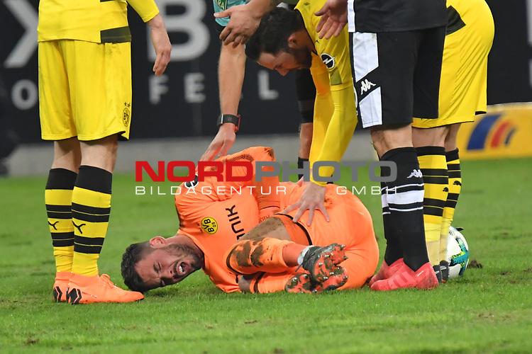 18.02.2018, Borussia Park, M&ouml;nchengladbach, GER, 1. FBL., Borussia M&ouml;nchengladbach vs. Borussia Dortmund<br /> <br /> im Bild / picture shows: <br /> Roman Buerkj Torhueter (Borussia Dortmund #38), wird bei einem Zusammenprall mit Raul Bobadilla (Gladbach #26), an der Hand verletzt er hat starke Schmerzen <br /> <br /> Foto &copy; nordphoto / Meuter