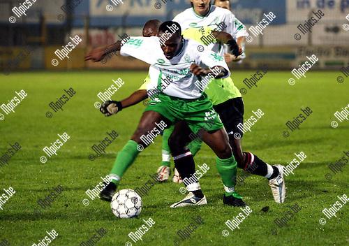 Dessel Sport - Exc. Virton: Gideon Imagbudu (Dessel) met Bareck Bendaha in de rug.
