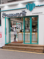 Café im Bukchon Hanok Village in  Seoul, Südkorea, Asien<br /> Café in Bukchon Hanok Village in Seoul, South Korea, Asia