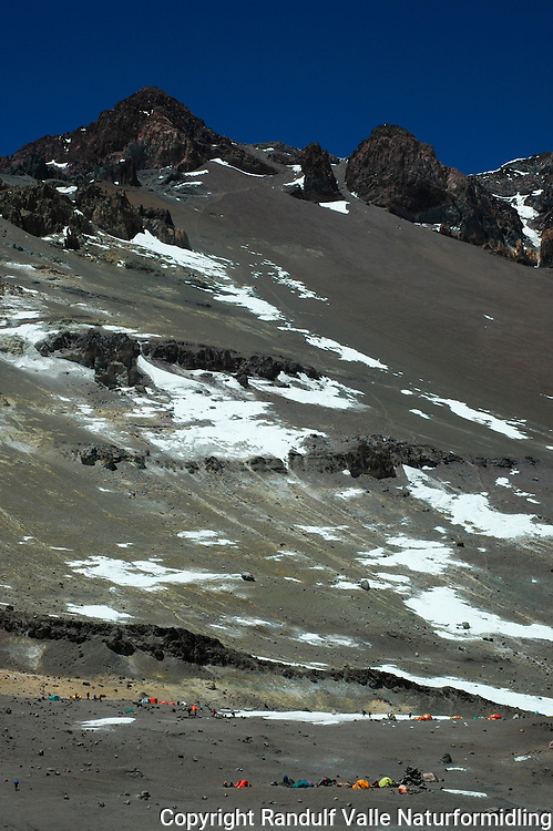 Campen Nido de Condores  og mye av ruta til toppen av Aconcagua. ---- Camp Nido de Condores and much of the route to the summit of Aconcagua.