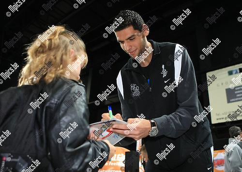2010-09-26 / Basketbal / seizoen 2010-2011 / Fandag Antwerp Giants / De 2m16 grote Salah Mejri deelt handtekeningen uit..Foto: Mpics