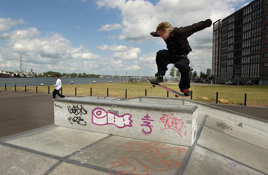 Nederland, Amsterdam, 20 juni 2003.Speelplaats op Java-eiland speciaal voor skateboarders..Sport, recreatie.Foto (c) Michiel Wijnbergh/HH