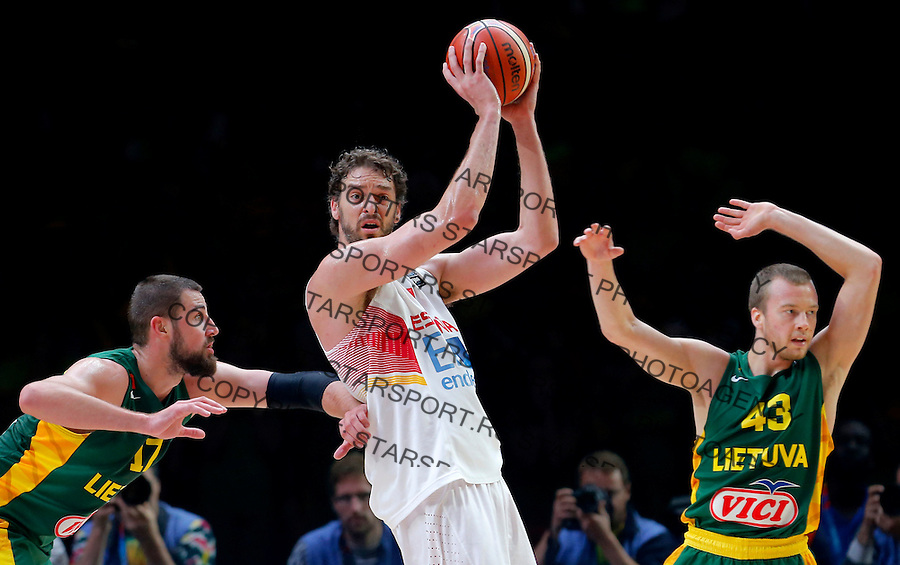 Spain's Pau Gasol (C) vies with Lithuania's Jonas Valanciunas (L) and Lukas Lekavicius (R) during European championship basketball final match between Spain and Lithuania on September 20, 2015 in Lille, France  (credit image & photo: Pedja Milosavljevic / STARSPORT)