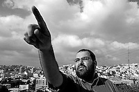 "Yehuda Shaul, leader of ""Breaking the Silence"" iduring a tour in Hebron, Photo by Quique Kierszenbaum"