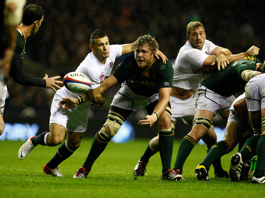 Photo: Richard Lane/Richard Lane Photography. England v South Africa. QBE Autumn Internationals. 24/11/2012. South Africa's Duane Vermeulen passes from the base of a scrum as England's Danny Care challenges.