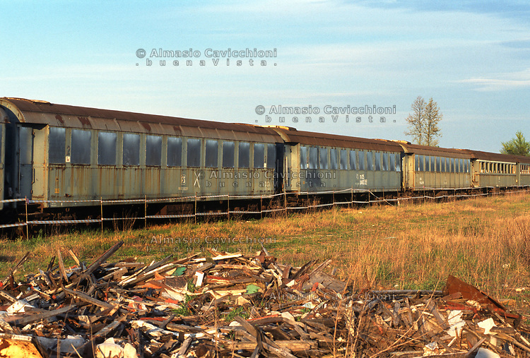 Vagoni ferroviari contenenti amianto abbandonati in provincia di Cremona.<br /> Railway carriages containing asbestos abandoned in the province of Cremona.
