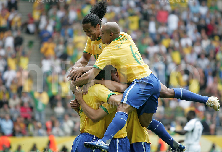 Fussball WM 2006  Achtelfinale  Brasilien - Ghana Jubel nach dem 1:0 Ronaldinho (BRA)li,Roberto Carlos (BRA)re
