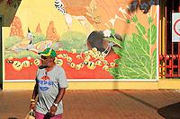 Since the time of the first contact, in the fifties or sixties around Alice Springs, the Aborigines' diet has undergone a complete change. Within one generation they went from a 70% plant-based diet, with just some lean meats and practically no sugar, to a 90% industrial diet rich in sugar and fat. Diabetes, high cholesterol, kidney and liver cancer affect a great number of the Aborigines in the northern territories.///Depuis l'époque du premier contact dans les années cinquante, soixante autour d'Alice Springs, les aborigènes ont subi un changement total de leur alimentation. Ils sont passés en une génération d'une alimentation à 70% végétale, avec des viandes maigres et pratiquement pas de sucre à une alimentation à 90% industrielle, riche en sucre et en graisses. Diabètes, cholestérol, cancers des reins et du foie touchent une partie importante des aborigènes des territoires du nord.