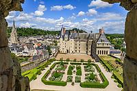 France, Indre-et-Loire, Langeais, château et jardin de langeais vus depuis les restes de la forteresse du xe siècle