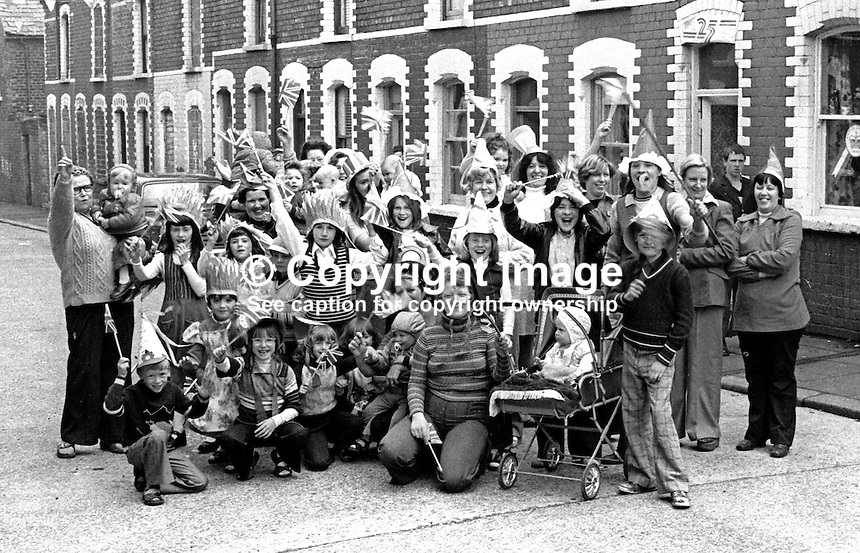 Shankill Road, Belfast, residents celebrate the Silver Jubilee of Queen Elizabeth II with a street party in Matchett Street.  7th June 1977. 197706070089a<br />